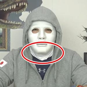 ラファエルさんは2016年11月後半からなぜか顎から首元にかけてマスクのような白い布を装着し始めました。